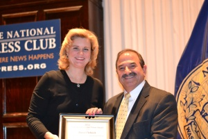 Danny Selnick receives the National Press Club Vivian Award from Club president Theresa Werner.